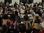 Toda segunda-feira a noite, a roda de samba reúne cantores, músicos e compositores na zona sul