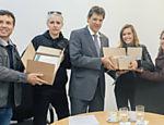 Luisa Mell e outros ativistas entregando ao prefeito Fernando Haddad abaixo-assinado com mais de 100 mil adesões em campanha pela proibição do foie gras