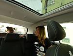 Luisa Mell com o cachorro resgatado dentro do carro