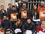 Luisa Mell na porta da Prefeitura de São Paulo, com outros ativistas, defendendo a proibição do foie gras