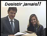 Luisa Mell entregando ao prefeito Fernando Haddad abaixo-assinado com mais de 100 mil adesões em campanha pela proibição do foie gras