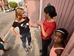 Luisa Mell conversa com a diarista Claudineia Pereira Santos, 40, dona do cachorro Tyson