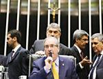 O presidente da Câmara, Eduardo Cunha (PMDB-AL), durante sessão em que é chamado de achacador pelo então ministro da Saúde, Cid Gomes