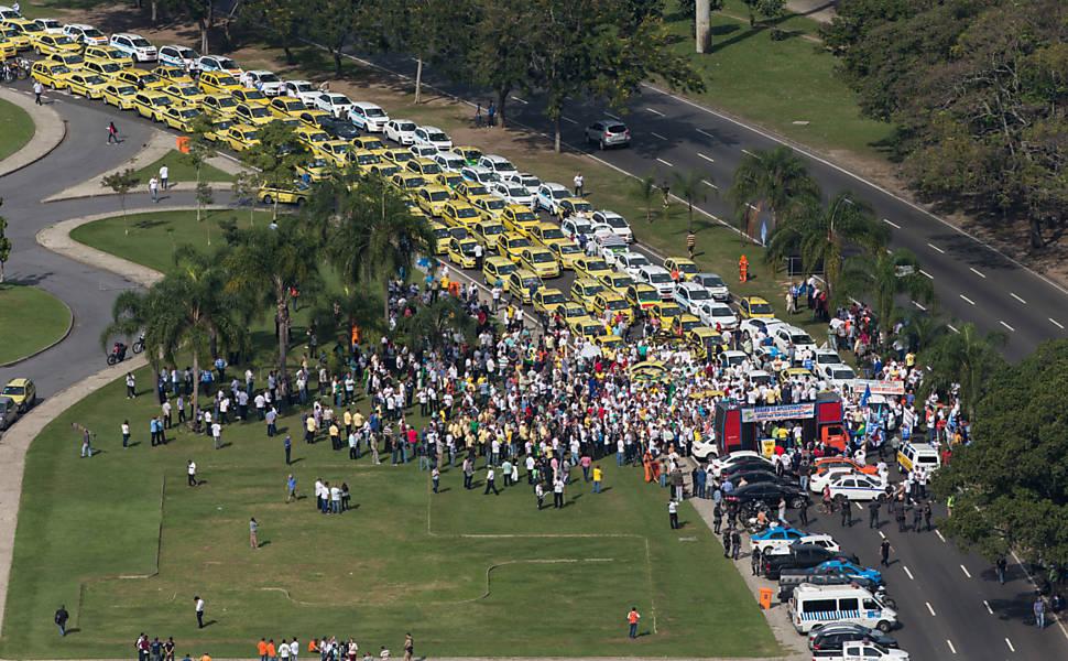 Taxistas protestam contra o Uber no Rio
