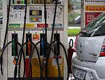 17.mar.2015 - Como estratégia do governo para conter a inflação, a Petrobras vende combustíveis por preços menores do que os que paga na importação. A defasagem, aliada a investimentos pouco rentáveis prejudicam os lucros da empresa. Isso contribui para que a dívida da Petrobras quase dobre entre 2012 e 2014, passando de R$ 181 bilhões para R$ 332 bilhões