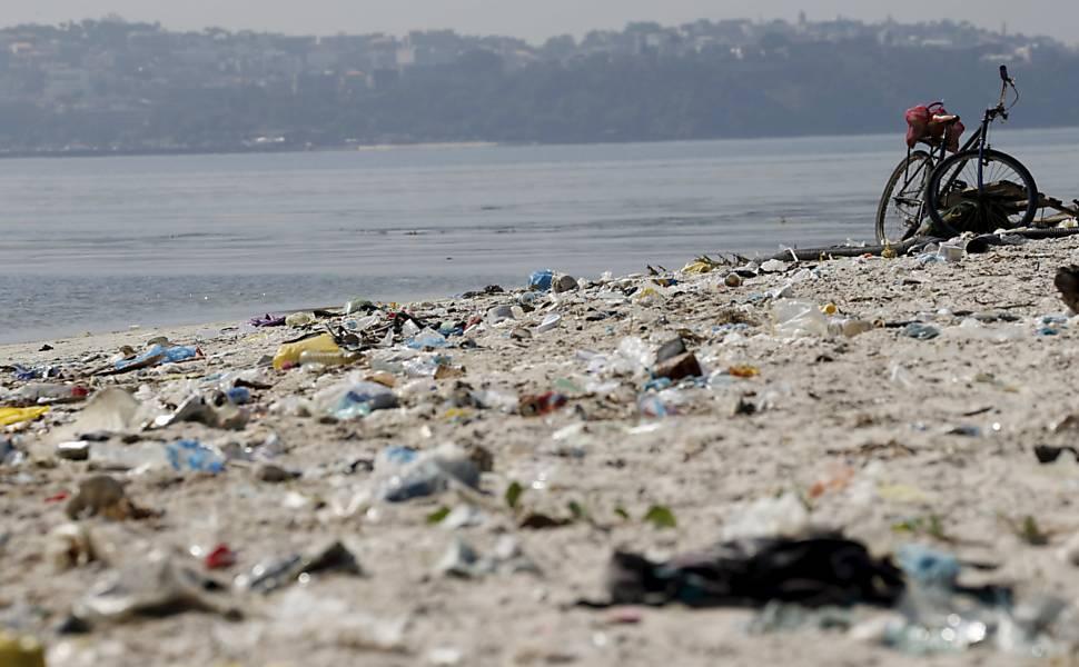 Um ano antes do início das dos jogos olímpicos no rio de Janeiro, a baía de Guanabara continua repleta de sujeira e poluição