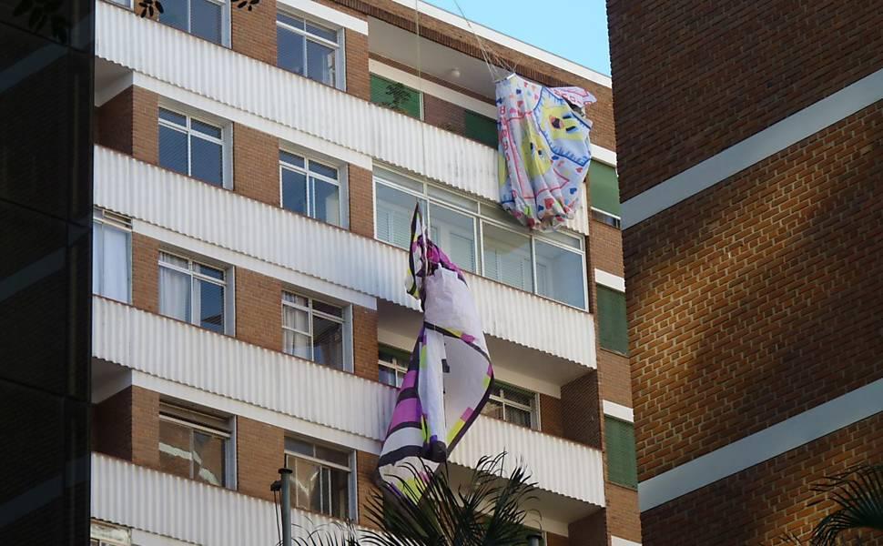 Balão do Piu-Piu cai em prédio em SP