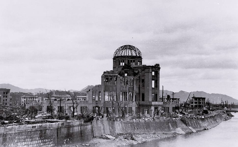 Prédio que atualmente abriga o Memorial da Paz de Hiroshima é visto perto da ponte de Aioi Bridge logo após explosão da bomba