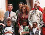 As Spice Girls com Nelson Mandela e príncipe Charles