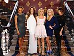 Melanie Brown, Melanie Chisholm, Geri Halliwell, Emma Bunton e Victoria Beckham posam para foto, em Londres, no lançamento do musical 'Viva Forever'