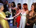 A rainha Elizabeth 2ª cumprimenta a cantora Geri, das  Spice Girls, após show em Londres