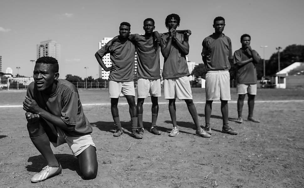 Jogadores do Congo observam cobrança de pênalti em partida semifinal contra a Costa do Marfim válida pela Copa dos Refugiados, em 2014, realizada no Ceret Cento Esportivo, na região leste de São Paulo