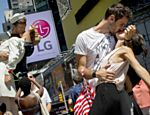 Centenas de casais recriam célebre cena do beijo na Times Square, em Nova York
