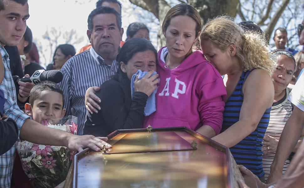 Enterro de vítimas da chacina de Osasco