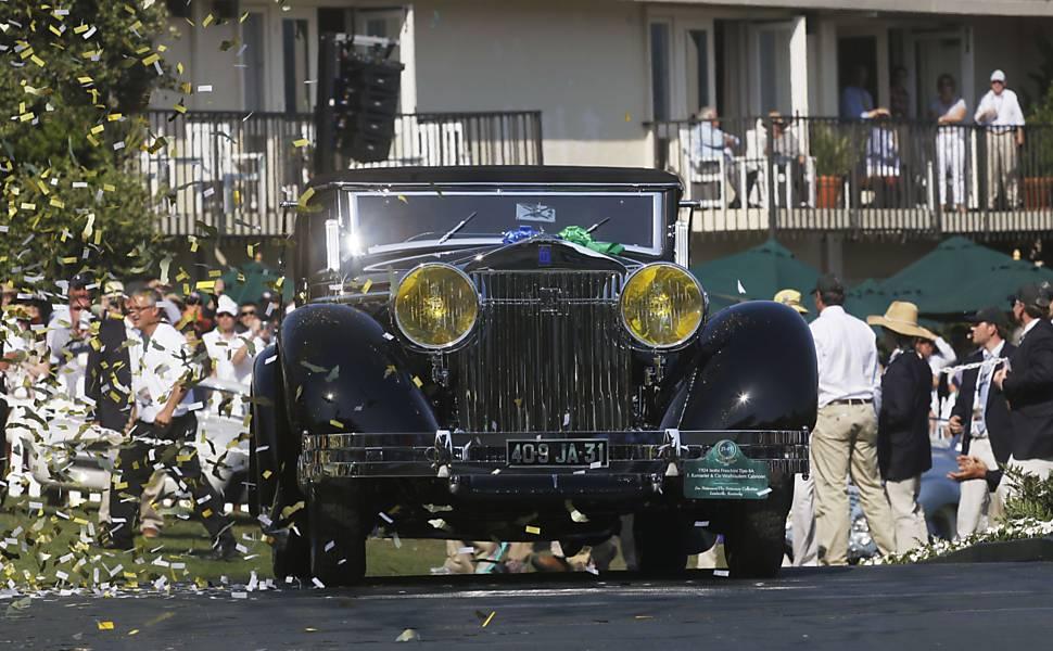 Carros antigos expostos em Pebble Beach, na Califórnia