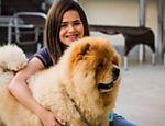 A menina Maisa com Pipoca, cachorro que ganhou de presente de Eliana