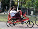 Clarice Falcão passeia de triciclo na lagoa Rodrigo de Feitas