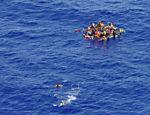 Marinha italiana resgata imigrantes de bote que naufragou no Mediterrâneo