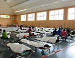 Refugiados aguardam registro no posto de fronteira de Rosenheim, na Alemanha