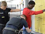 Polícia alemã revista estrangeiro em posto de fronteira de Rosenheim