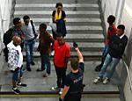 Refugiados chegam ao primeiro posto de registro de estrangeiros da Alemanha em Rosenheim