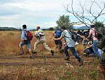 Imigrantes fogem de forças de segurança na fronteira entre Grécia e Macedônia