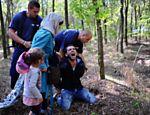 Polícia húngara prende homem que atravessava ilegalmente a fronteira com a família