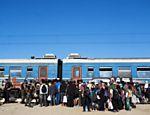 Fila de embarque de trem com destino à Sérvia na cidade de Gevgelija, no lado macedônio da fronteira com a Grécia
