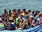 Barco atraca em porto tunisiano após ser interceptado no caminho para a Itália, no Mediterrâneo