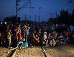 Refugiados na cidade grega de Idomeni, ao norte, prestes a cruzar a fronteira para a Macedônia