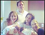 Luana Piovani comemora a chegada dos gêmeos com a família