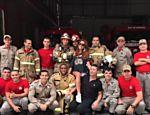 Sabrina Sato e David Brazil com bombeiros do Rio de Janeiro