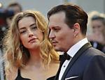 Amber Heard e Johnny Depp em tapete vermelho de Veneza