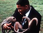 Will Smith segura bebê alienígena em cena de