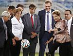Jérôme Valcke (ao centro) durante cerimônia de abertura da Arena das Dunas, em Natal, que teve a presença da presidente Dilma Rousseff