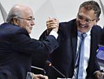 Joseph Blatter (esq) cumprimenta Jérôme Valcke durante congresso da Fifa, em maio