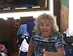 Enquanto se arrumava para sair do quarto da sede, Ovelha comentou que já gravou 25 CDs durante sua carreira como cantor