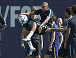Neymar se prepara para chutar a bola durante treino do Barcelona