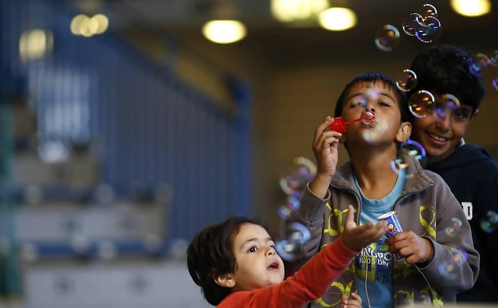 Crianças refugiadas brincam durante jornada à Europa
