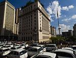 Contra criação liberação para Uber, taxistas bloqueiam viaduto do Chá, na região central de São Paulo