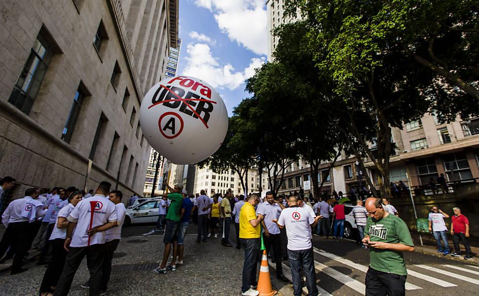 Taxistas protestam contra Uber