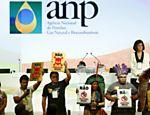 7.out.2015 - Pela primeira vez, Petrobras não comparece a leilão de áreas de exploração de produção de petróleo realizado pela ANP. Na imagem, indígenas protestam durante o leilão contra a extração via fraturamento hidráulico ('fracking')