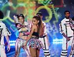 Ariana Grande se apresenta em show durante o desfile da Victoria's Secret em Londres