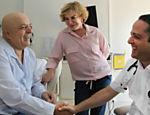 Um ano depois, em 2011, dá início a um tratamento bem-sucedido para combater um câncer na laringe. Na foto, ao lado da mulher, Marisa, Lula cumprimenta o médico Roberto Kalil Filho