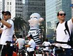 Lula torna-se alvo preferencial dos protestos contra o governo, que ganharam fôlego em 2015 com o avanço da Lava Jato, e inspira a criação de um boneco gigante, o Pixuleko, sátira do ex-presidente. Na foto, protesto na av. Paulista, em São Paulo (SP)