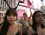 Grupo de mulheres realiza um protesto contra o Projeto de Lei 5069/13, que, entre outras medidas, dificulta o aborto legal e restringe a venda de medicamentos abortivos no país