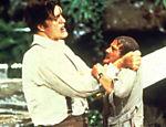 Roger Moore (James Bond) contracena com o ator Richard Kiel, que interpreta o vilão Jaws no filme