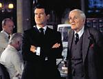 Pierce Brosnan contracenando com o ator Desmond Llewelyn durante o filme