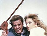 Roger Moore contracena com Tanya Roberts durante o filme