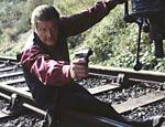 Roger Moore em cena do filme